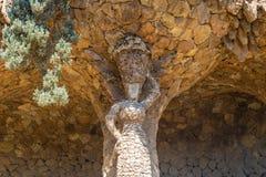 Donna con una statua del barattolo in parco Guell, Barcellona, Spagna immagini stock