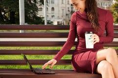 Donna con una tazza del cofee e del taccuino Immagini Stock Libere da Diritti