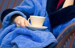 Donna con una tazza di caffè Fotografia Stock Libera da Diritti
