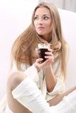 Donna con una tazza di coffe Immagini Stock Libere da Diritti