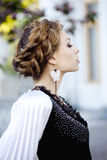 Donna con una treccia dei capelli in una sosta sbocciante. fotografie stock libere da diritti