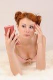 Donna con uno specchio Fotografia Stock Libera da Diritti