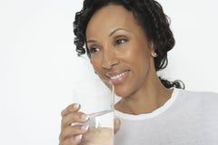 Donna con vetro di acqua minerale fotografie stock