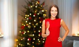 Donna con vetro di champagne sul Natale immagini stock