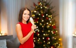 Donna con vetro di champagne sul Natale immagine stock libera da diritti