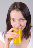 Donna con vetro di spremuta fotografia stock libera da diritti