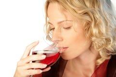 Donna con vetro di vino rosso Fotografie Stock Libere da Diritti