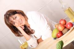 Donna con vino bianco Immagine Stock Libera da Diritti