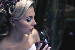 Donna con vino rosso di vetro Immagine Stock