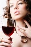 Donna con vino rosso di vetro Fotografia Stock