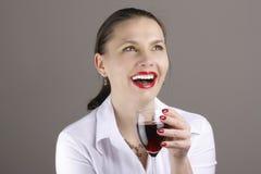 Donna con vino rosso di vetro Fotografia Stock Libera da Diritti