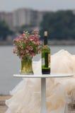 Donna con vino rosso ed i fiori Fotografie Stock