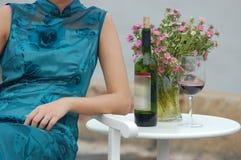 Donna con vino rosso ed i fiori Immagini Stock