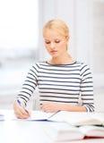 Donna concentrata che studia nell'istituto universitario Fotografia Stock