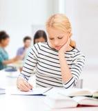 Donna concentrata che studia nell'istituto universitario Fotografia Stock Libera da Diritti