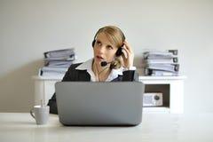Donna concentrata d'ascolto Fotografia Stock Libera da Diritti