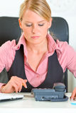 Donna concentrata di affari che prevede chiamata di telefono Fotografia Stock Libera da Diritti