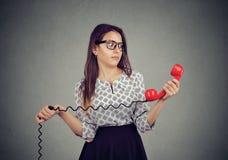 Donna confusa con cattive notizie sul telefono fotografia stock