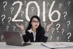 Donna confusa con i numeri 2016 Fotografie Stock