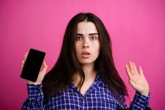 donna confusa con lo Smart Phone a disposizione immagini stock libere da diritti