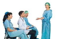 Donna confusa del chirurgo al seminario fotografia stock