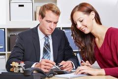 Donna a consultazione finanziaria Fotografia Stock
