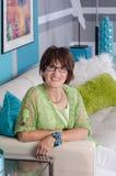 Donna contemporanea attraente sul sofà Fotografie Stock Libere da Diritti