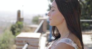 Donna contenta che gode della vista della citt? archivi video