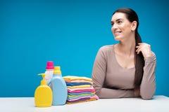 Donna contentissima che si siede alla lavanderia pulita Immagini Stock Libere da Diritti