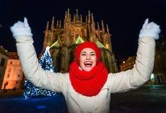 Donna contro la st Vitus Cathedral in esultanza di Praga di Natale Fotografia Stock