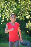Donna corrente all'aperto Allenamento sano della donna di stile di vita di forma fisica Immagine Stock