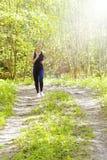 Donna corrente Corridore femminile che pareggia durante l'allenamento all'aperto in un parco Perdita di peso Fotografie Stock