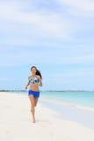 Donna corrente della spiaggia che fa cardio allenamento di mattina Fotografia Stock