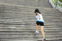 Donna corrente su sulle scale di pietra Fotografie Stock