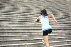 Donna corrente su sulle scale di pietra Fotografie Stock Libere da Diritti