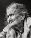 Donna corrugata molto anziana e stanca all'aperto fotografia stock