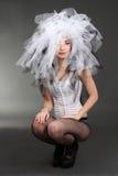 Donna in corsetto con materiale sulla testa immagine stock