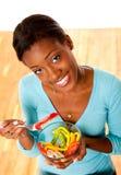 Donna cosciente di salute che mangia insalata Fotografia Stock