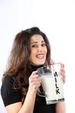 Donna cosciente di salute giovane con latte Fotografia Stock Libera da Diritti