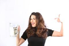 Donna cosciente di salute giovane con latte Fotografia Stock