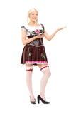Donna in costume bavarese che gesturing con le mani Immagini Stock Libere da Diritti