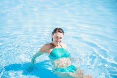 Donna in costume da bagno blu in stagno corpo in acqua Vocazione e rilassarsi immagine stock libera da diritti