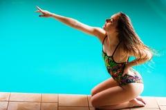 Donna in costume da bagno che indica con il dito Immagine Stock