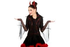 Donna in costume del diavolo con le mani vuote Fotografia Stock