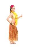 Donna in costume hawaiano che dà pollice su Immagine Stock
