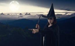 Donna in costume spaventoso nero di Halloween della strega che tiene uno spirito del coltello Fotografia Stock Libera da Diritti