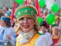 Donna in costume tradizionale russo Immagini Stock