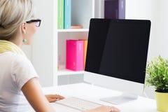 Donna creativa che lavora con il computer nell'ufficio fotografia stock libera da diritti