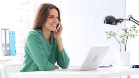 Donna creativa che parla sul telefono sul lavoro, dividente informazioni Immagini Stock Libere da Diritti