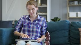 Donna creativa che viene per fare lavoro sul computer portatile archivi video
